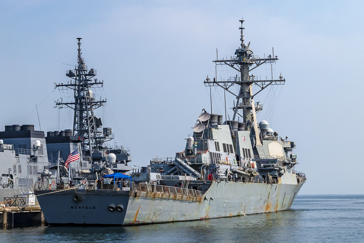 海上自衛隊 吉倉桟橋 DDG-65 USS Benfold アメリカ海軍 アーレイ・バーク級ミサイル駆逐艦15番艦ベンフォールド 右舷艦尾より後ろ姿