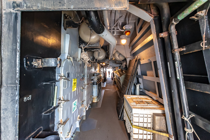 海上自衛隊 吉倉桟橋 DDG-65 USS Benfold アメリカ海軍 アーレイ・バーク級ミサイル駆逐艦15番艦ベンフォールド 艦橋構造物 右舷側通路