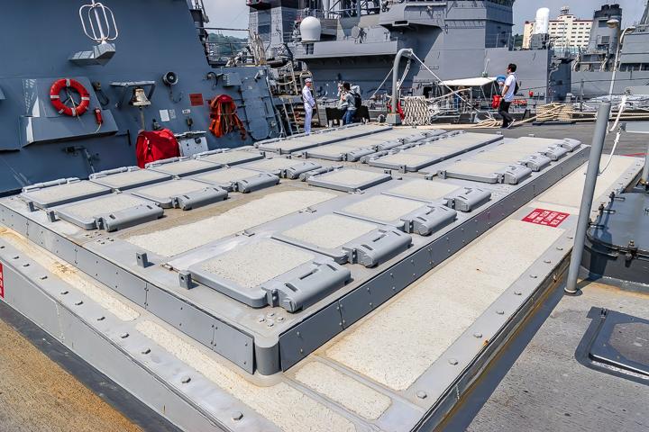 海上自衛隊 吉倉桟橋 DDG-65 USS Benfold アメリカ海軍 アーレイ・バーク級ミサイル駆逐艦15番艦ベンフォールド 前部 Mk41 VLS