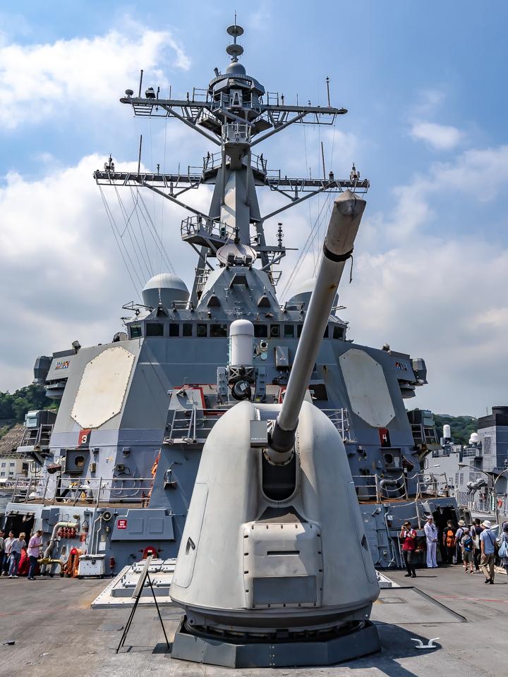 海上自衛隊 吉倉桟橋 DDG-65 USS Benfold アメリカ海軍 アーレイ・バーク級ミサイル駆逐艦15番艦ベンフォールド 艦首甲板 Mk45 mod2 54口径5インチ単装砲 Phalanx CIWS 艦橋構造物