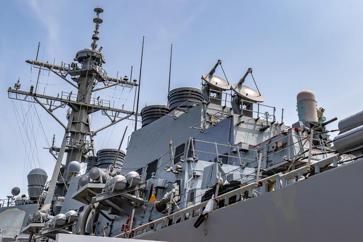 海上自衛隊 吉倉桟橋 DDG-65 USS Benfold アメリカ海軍 アーレイ・バーク級ミサイル駆逐艦15番艦ベンフォールド 上部構造物後方
