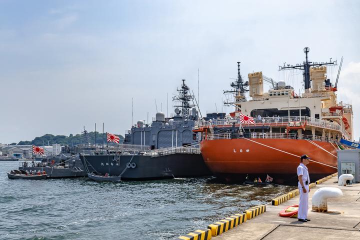 海上自衛隊 逸見岸壁 南極観測船 AGB-5003 砕氷艦しらせ DD-110 たかなみ型護衛艦1番艦たかなみ TV-3518 しまゆき型練習艦3番艦せとゆき 右舷後方艦尾 自衛艦旗 旭日旗