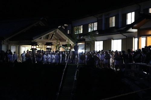 興玉神社集う人々