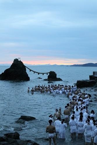 海の中で日の出を待つ2