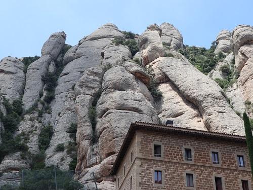 広場の上の岩