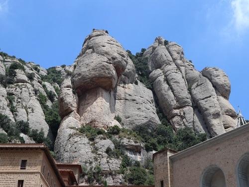 広場の上の岩3