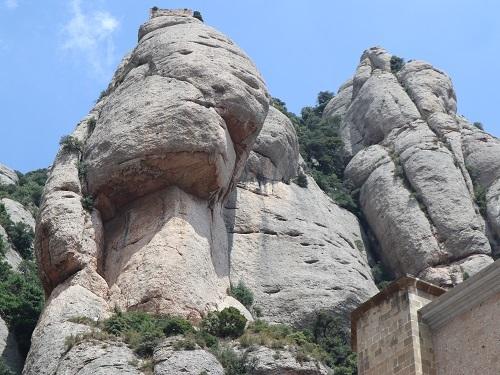 広場の上の岩4