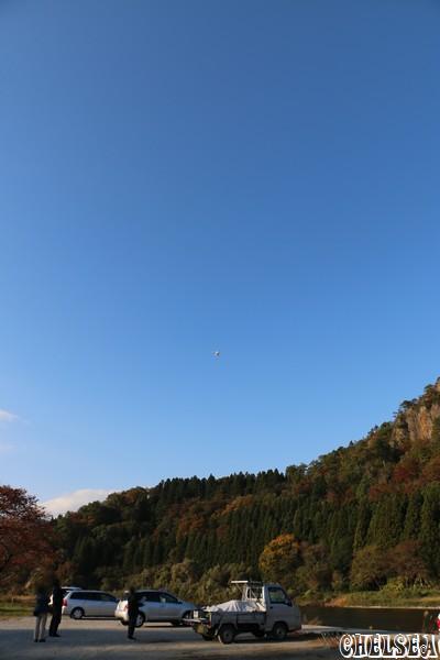 公園内を飛ぶドローン