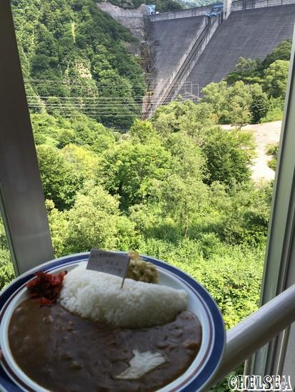 ダムを眺めながらダムカレー