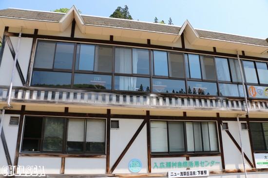 大白川駅のホームから見上げる平石亭