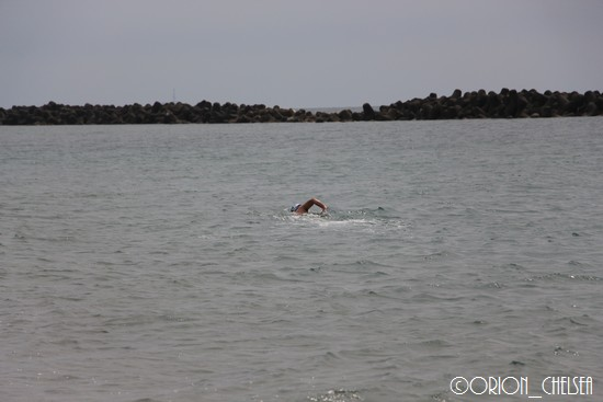 海水浴する男性