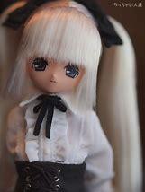 髪が白い少女人形