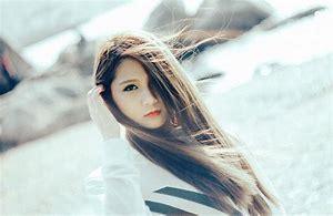 髪が風になびいてる女性
