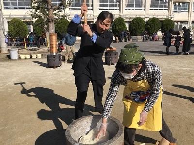 中区新栄学区の餅つき大会にて(400×300)