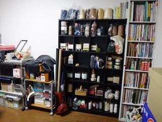 糸の棚と本の棚