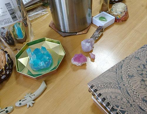 机の上は作品や石がいっぱい!