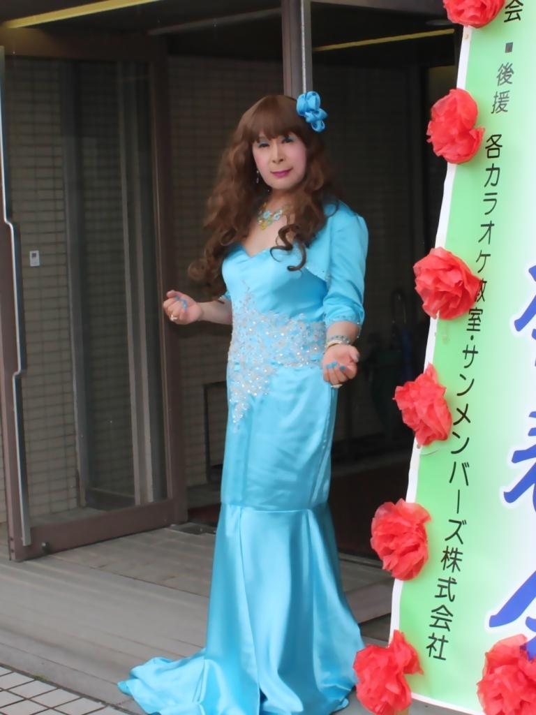水色のドレス会場の外で(1)