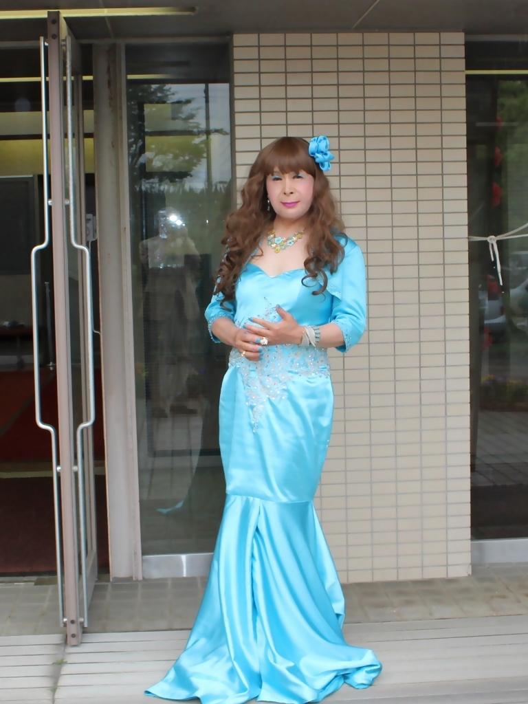 水色のドレス会場の外で(2)