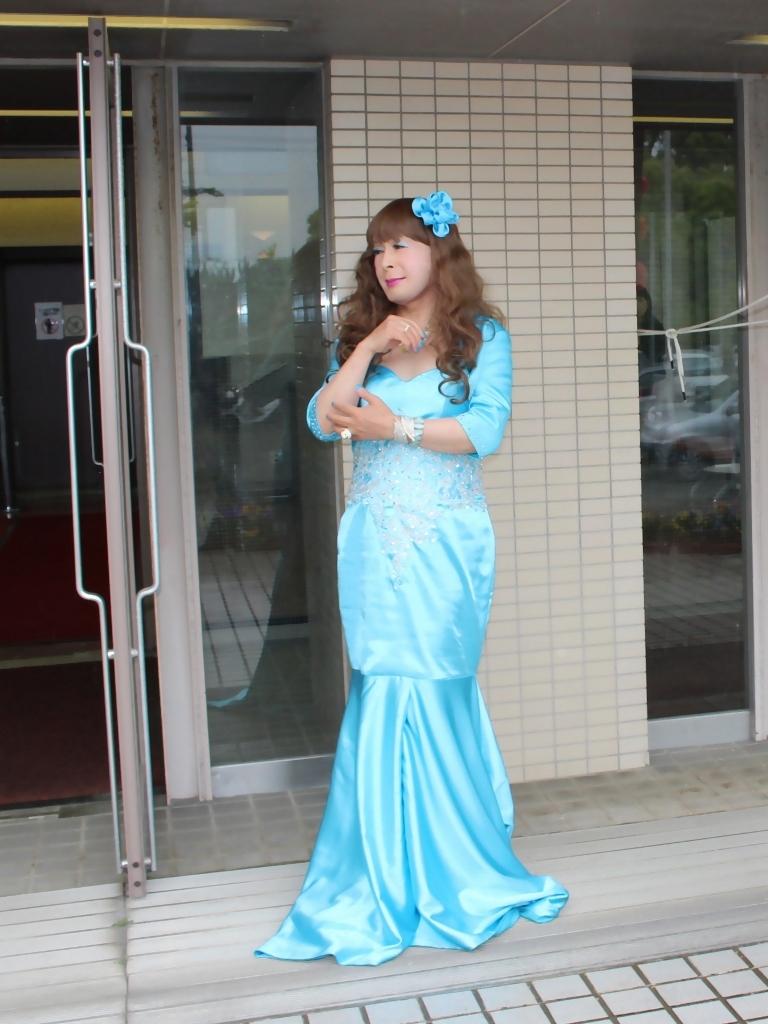 水色のドレス会場の外で(3)