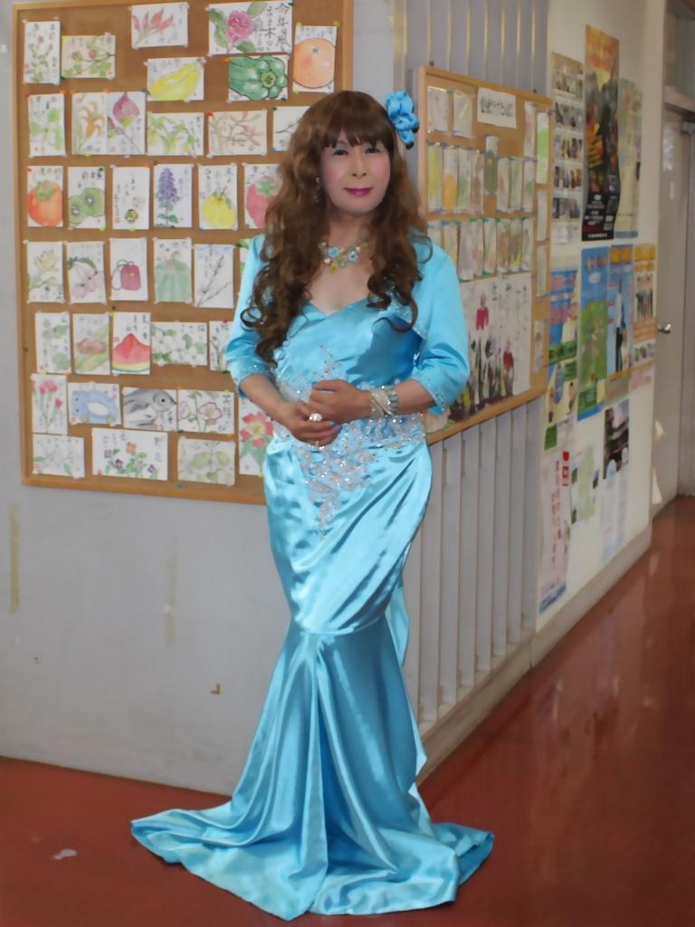 水色のドレス会場の外で(5)