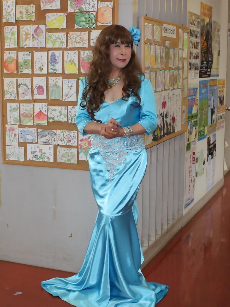 水色のドレス会場の外で(6)