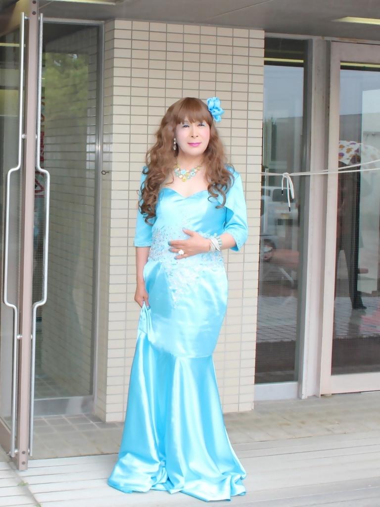 水色のドレス会場の外で(4)