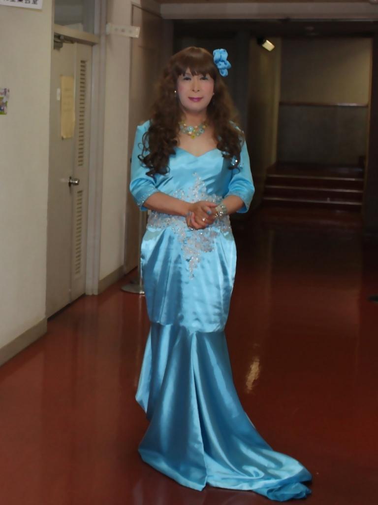 水色のドレス会場の外で(7)