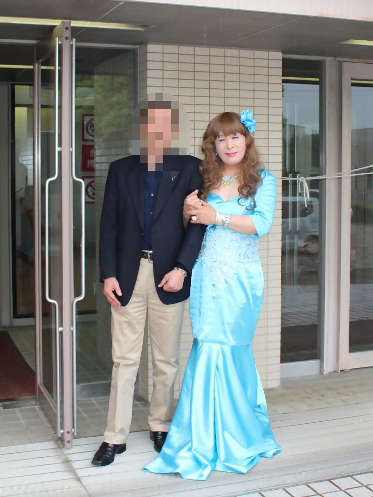 水色のドレス会場の外で(8)