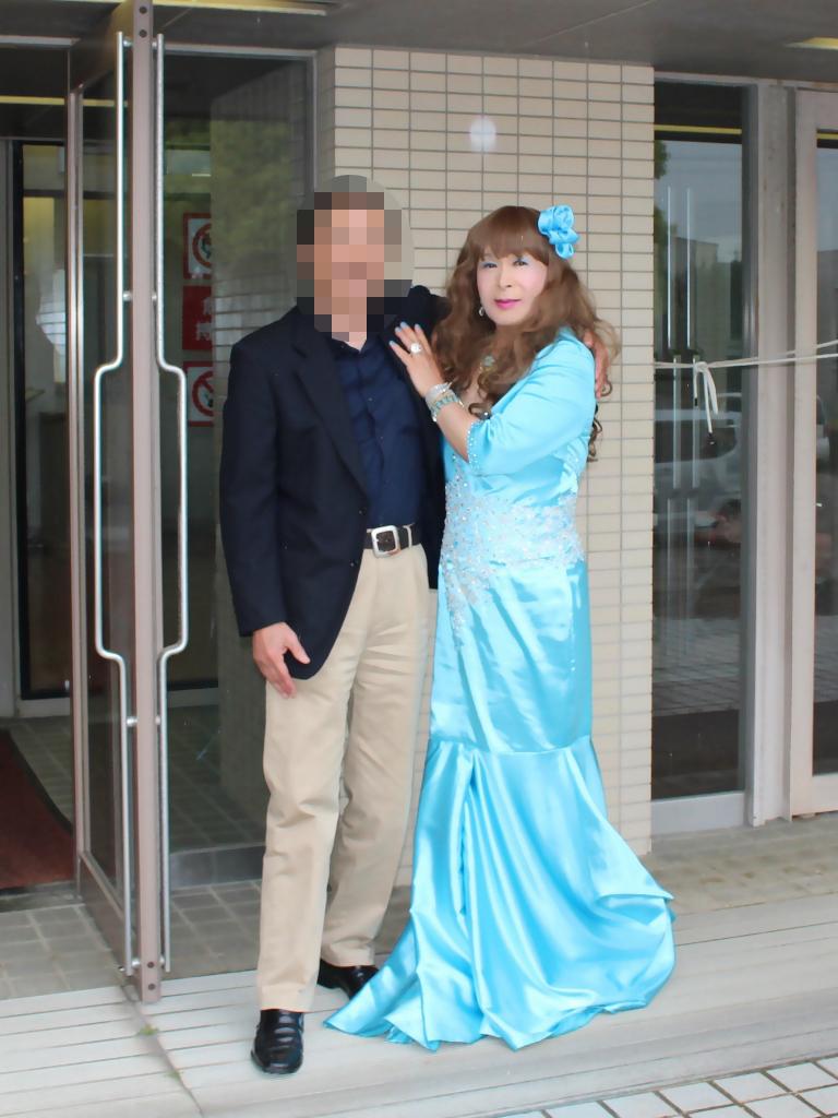 水色のドレス会場の外で(9)