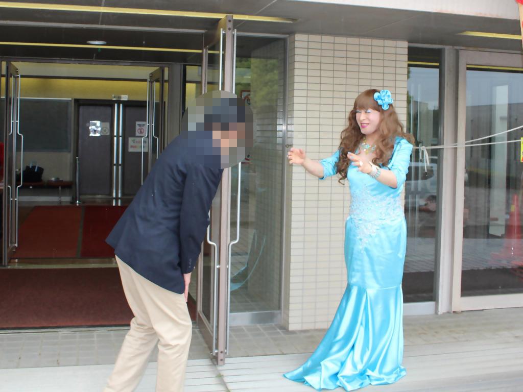 水色のドレス会場の外で(10)