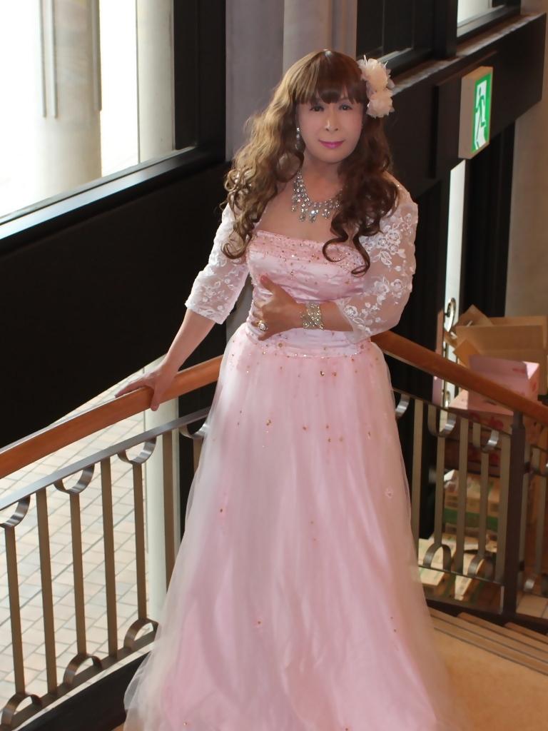 薄いピンクドレス螺旋階段(3)