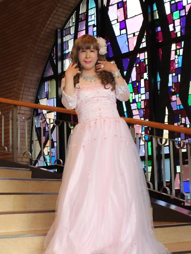 薄いピンクドレス螺旋階段(2)