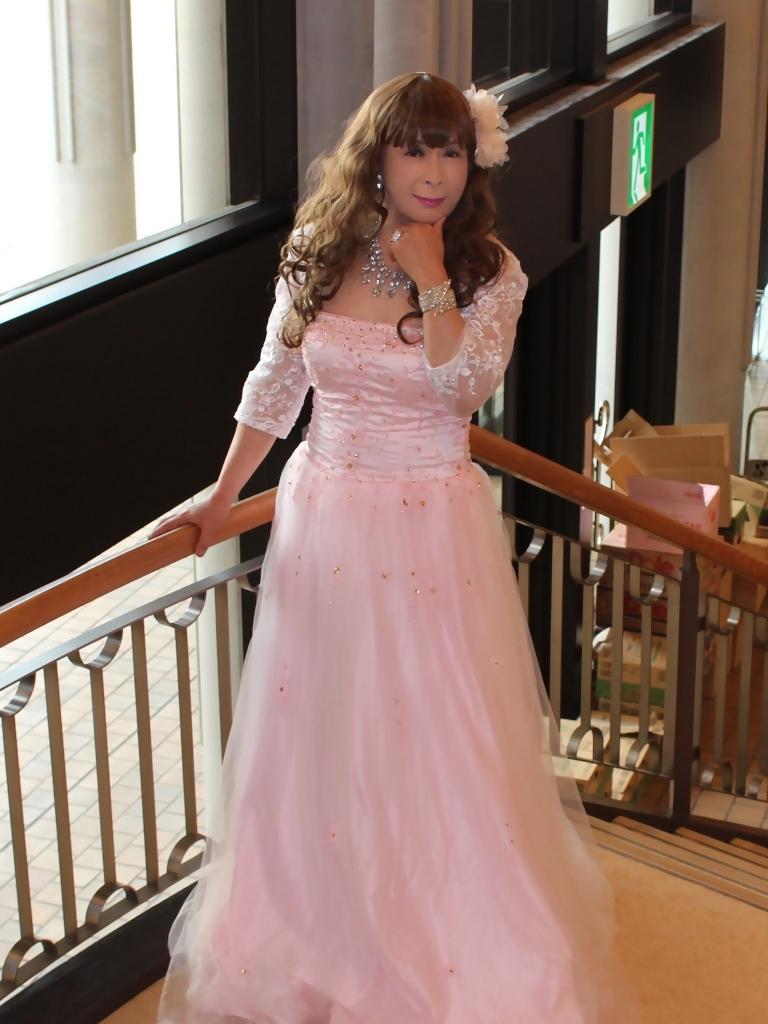 薄いピンクドレス螺旋階段(4)