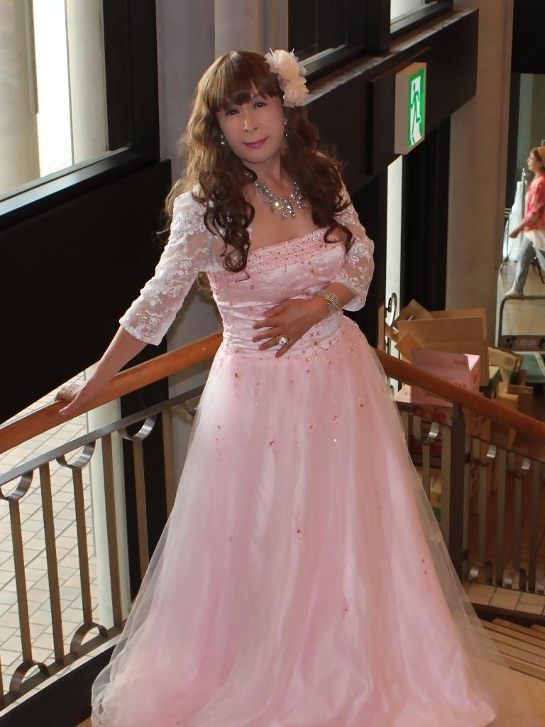 薄いピンクドレス螺旋階段(5)