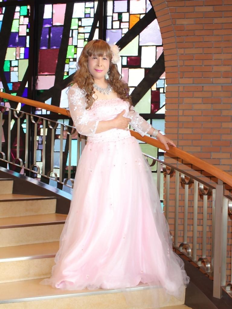 薄いピンクドレス螺旋階段(1)