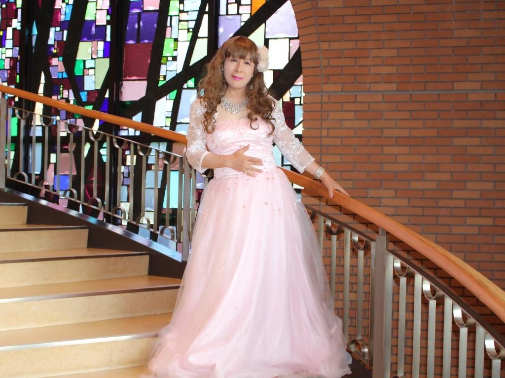 薄いピンクドレス螺旋階段(6)