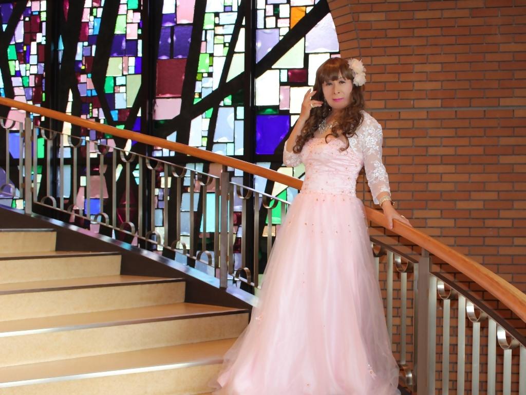 薄いピンクドレス螺旋階段(7)