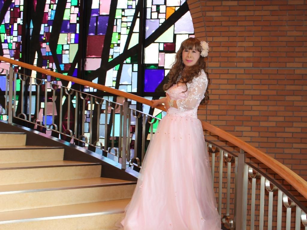 薄いピンクドレス螺旋階段(8)