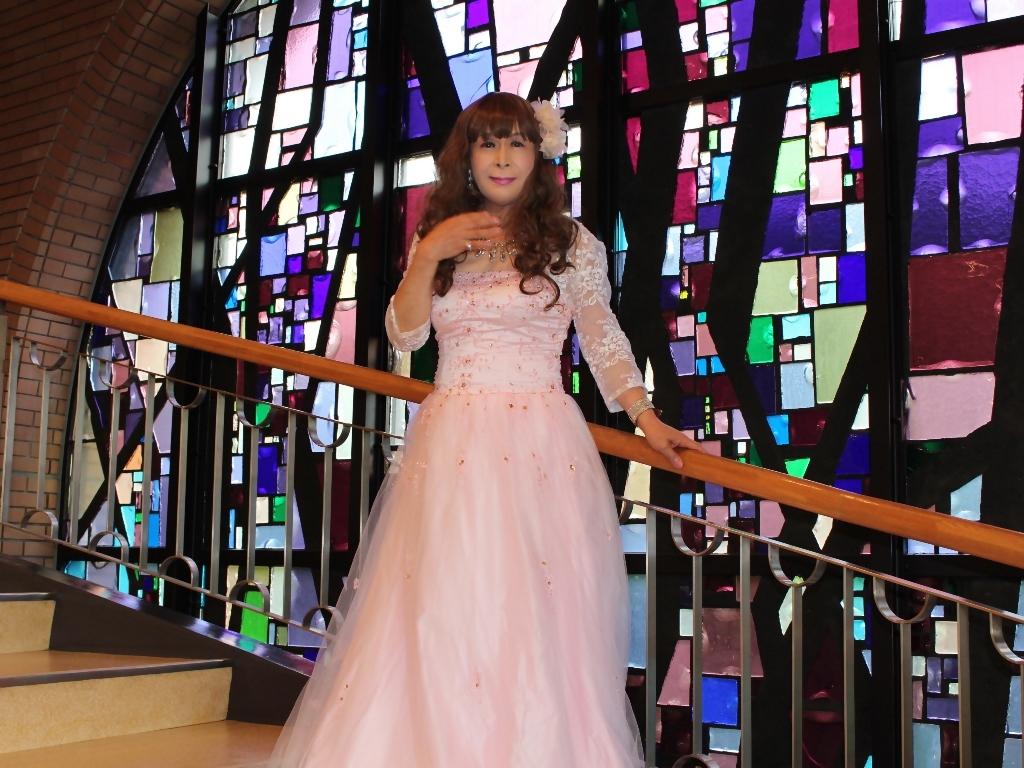 薄いピンクドレス螺旋階段(9)