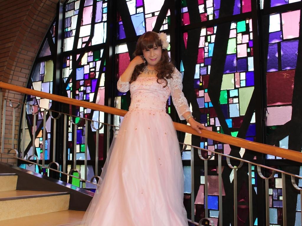 薄いピンクドレス螺旋階段(10)