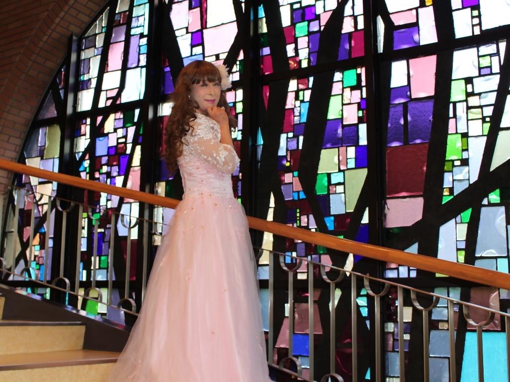 薄いピンクドレス螺旋階段(12)