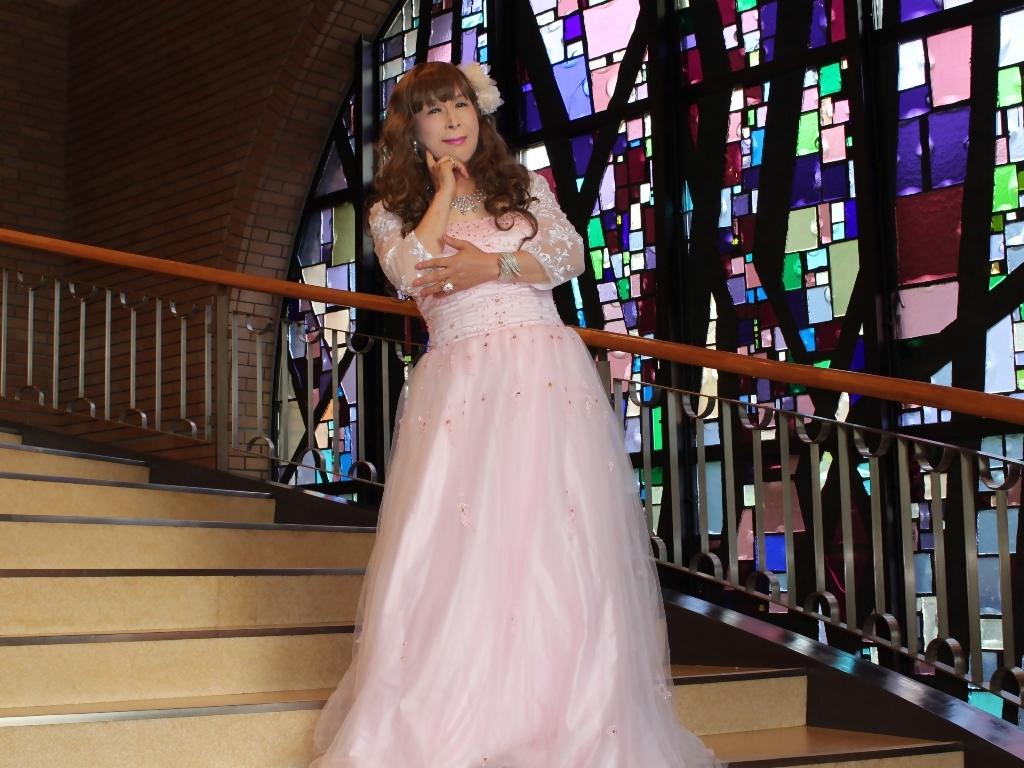 薄いピンクドレス螺旋階段(13)