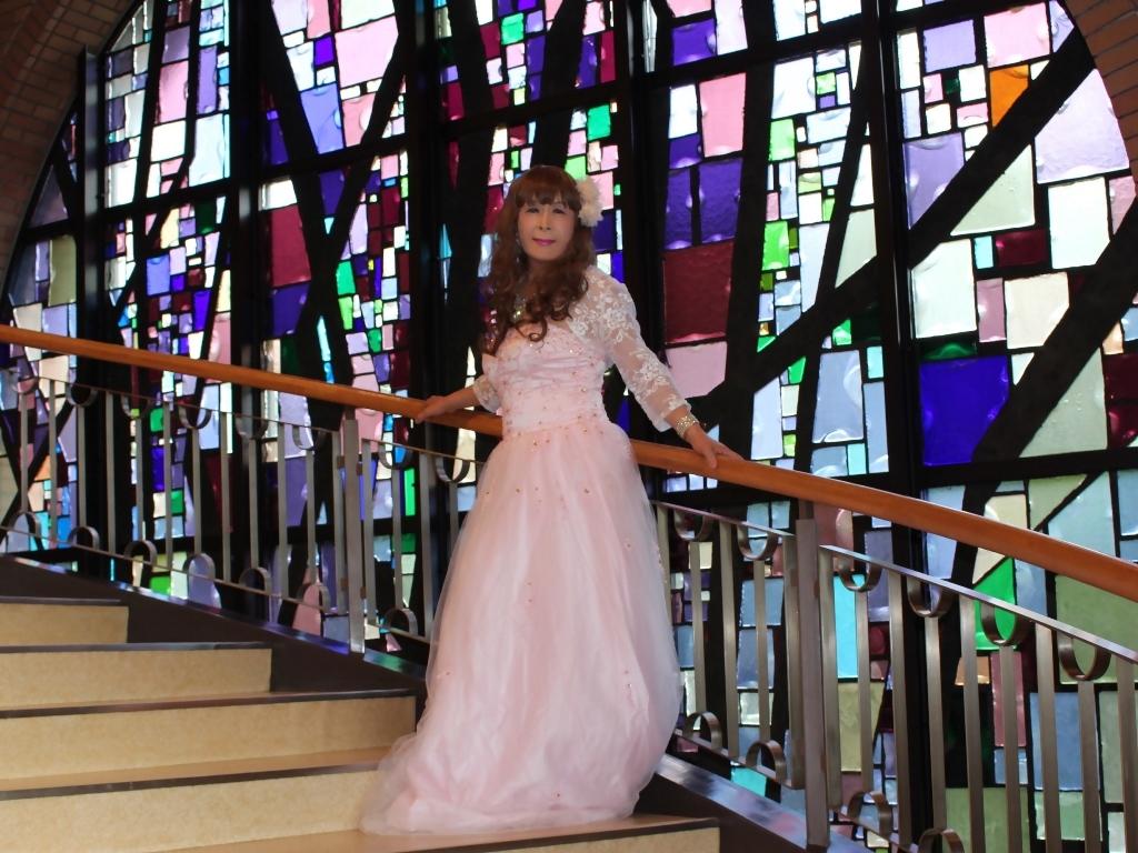 薄いピンクドレス螺旋階段(14)
