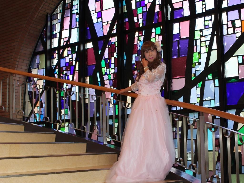薄いピンクドレス螺旋階段(15)