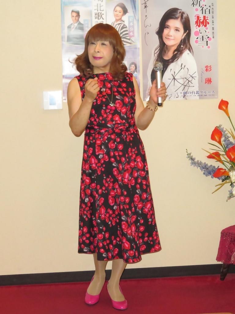 黒地に花柄のワンピカラオケ(1)