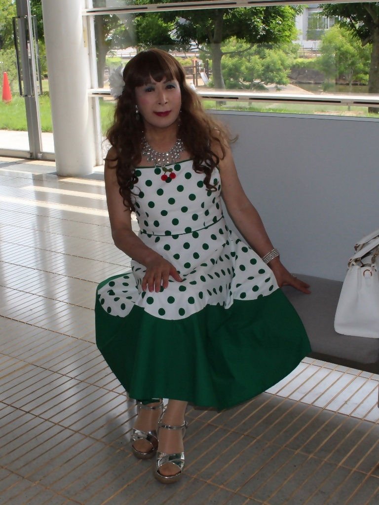 緑ドット柄ドレスロビーA(2)