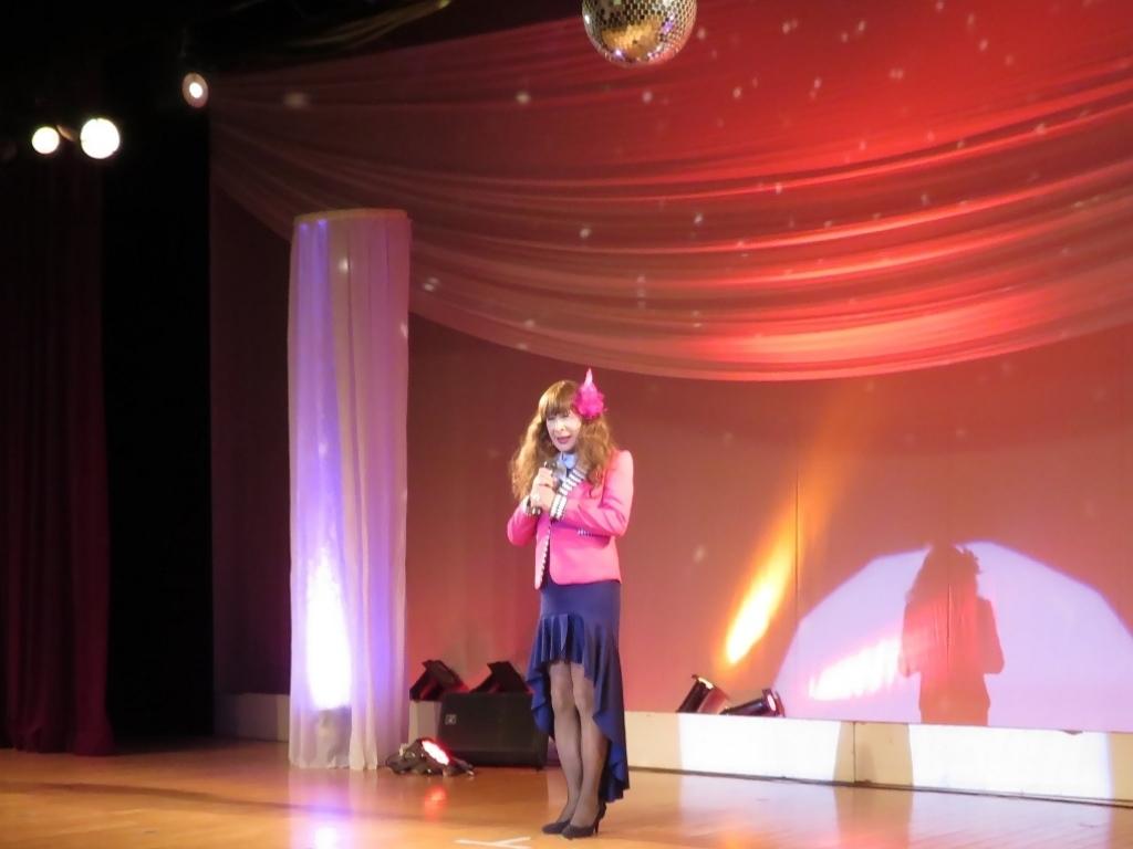 ピンクジャケット紺スカート舞台(1)