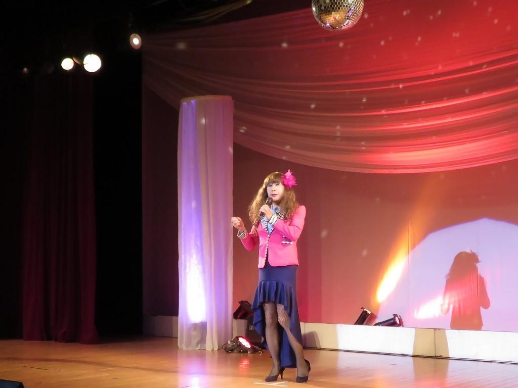 ピンクジャケット紺スカート舞台(2)