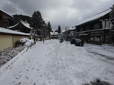 雪に埋もれた歩道