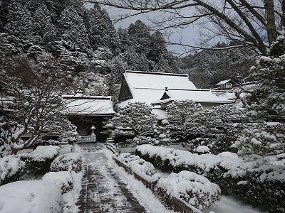 雪の中のお寺